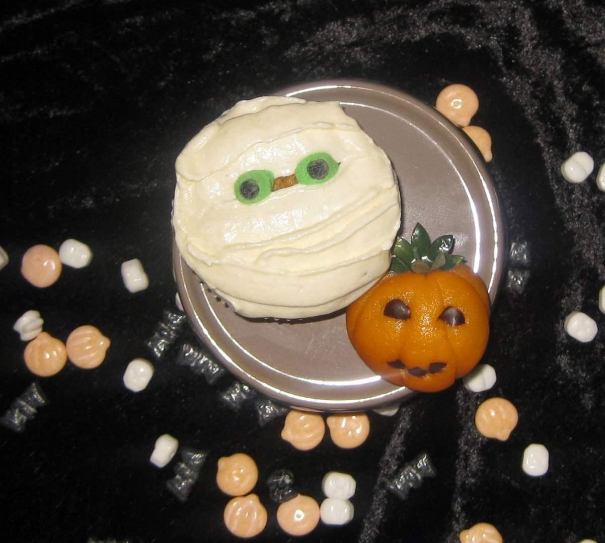 halloween pumpkin mummy cupcakes k rbis cupcakes rezept. Black Bedroom Furniture Sets. Home Design Ideas