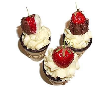 panna cotta creme mit erdbeeren in waffelbecher rezept petitchef. Black Bedroom Furniture Sets. Home Design Ideas
