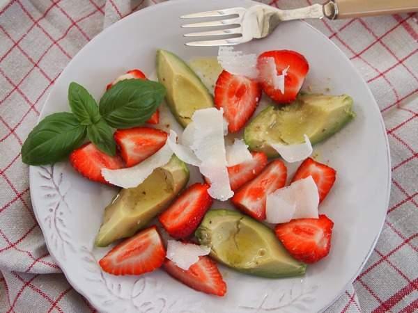 salat zum fr hst ck erdbeer avocado salat mit limetten honig dressing rezept petitchef. Black Bedroom Furniture Sets. Home Design Ideas
